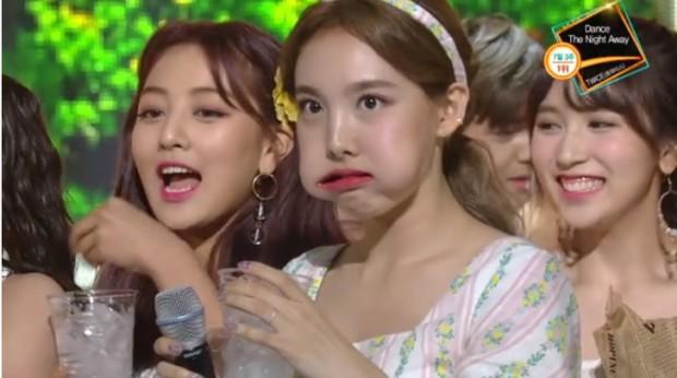 16. Koreli bir müzik grubu, hayranlarını güldürebilme amacıyla ağızlarında buz küpleriyle şarkı söyledi.