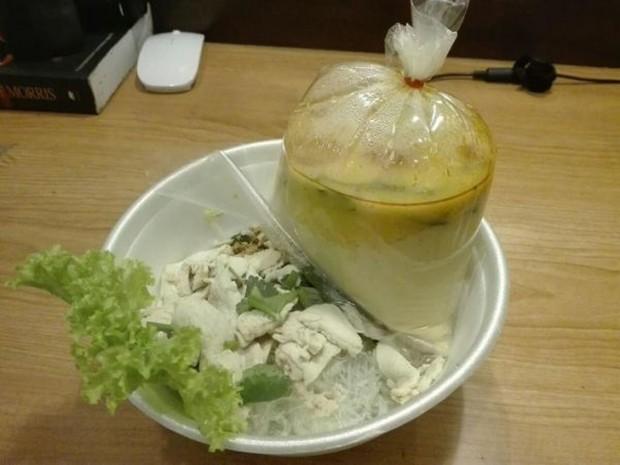 21. Tayland'daki sokak restoranlarında çorbayı plastik poşette servis ediyorlar.