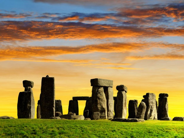 16. İngiltere'de bulunan Stonehenge anıtları