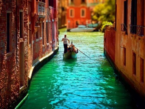 14. Venedik'de gondola binmek isteyenler