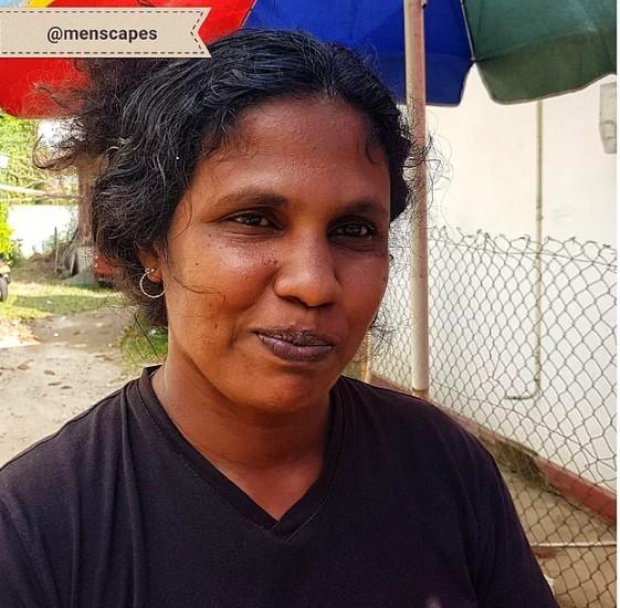 Üç kızına bakmak için sokak satıcılığı yapan kadın... (Kızı için de ruj hediye ettik)