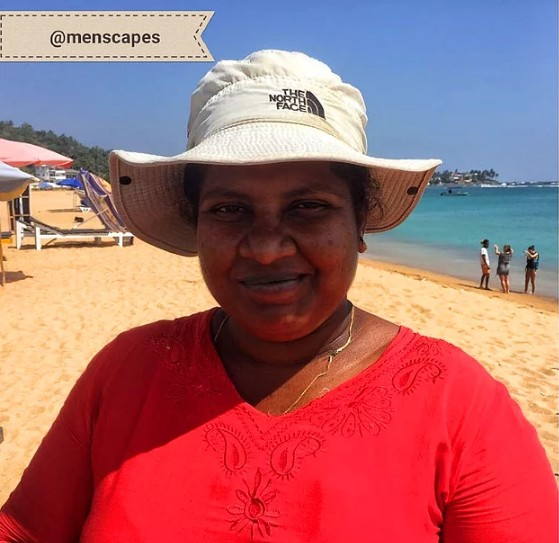Yakıcı güneşin altında kumsalda mandala desenli kumaşları satan ve