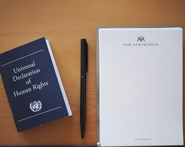 Almanya 'da bir otel odaya İncil yerine İnsan Hakları Evrensel Beyannamesi koyuyor.