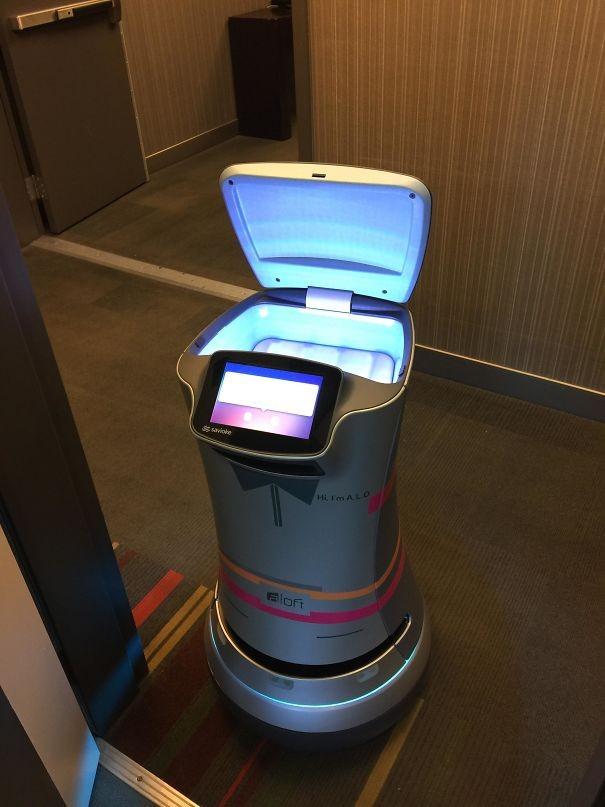 Tuvalet kağıdı getiren otel robotu.
