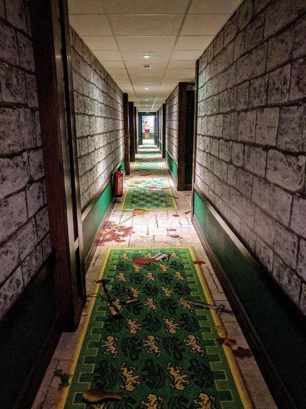 Koridorların ilgi çekici dekoru.