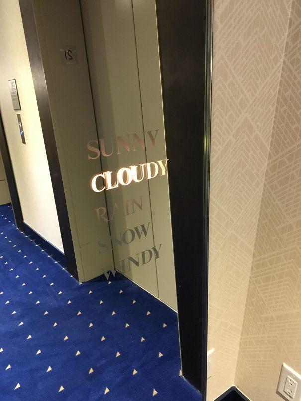 Hava durumu hakkında bilgi veren asansör.