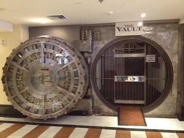 Eski banka kasası otel barı olmuş.