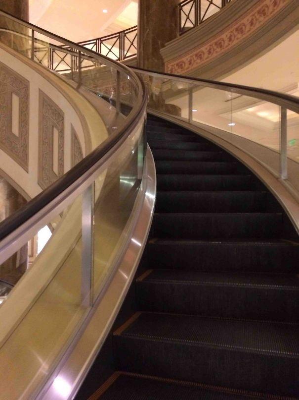 Yürüyen merdiven ama kıvrılarak yol alıyor.