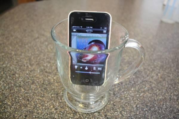 Odanızda müzik dinlemek ve biraz kafa mı dağıtmak istiyorsunuz. Telefonuzdan müzik açık, boş ve temiz bir bardağa telefonunuzu koyun.
