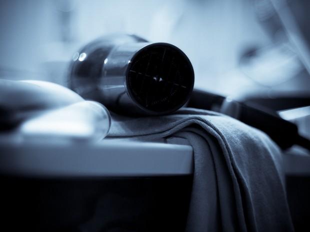 Üzerinize dökülen bir şeyi en acil saç kurutma makinesi ile kurutabilirsiniz.