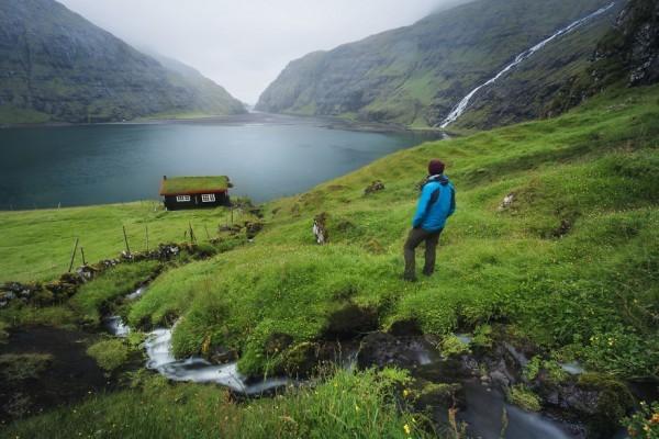 6. Çatısı çimen olan bu kütük ev, hayal edilebilecek en harika yerde bulunuyor..