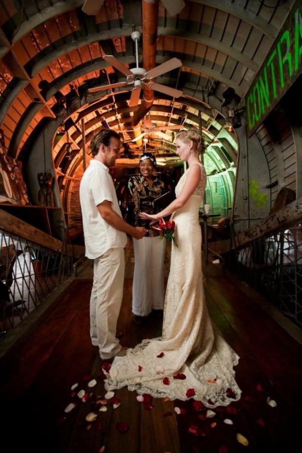Genç çift nerede düğün yapacaklarına karar veremeyince değişik bir yola baş vurmuşlar.