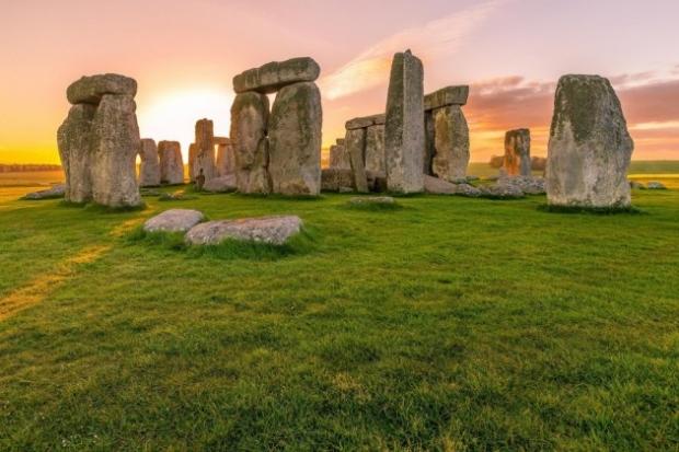 1. Stonehenge, İngiltere - Efsaneye göre taştan anıt büyücü Merlin tarafından yapılmış. Yapılış amacı hala gizemini koruyor.