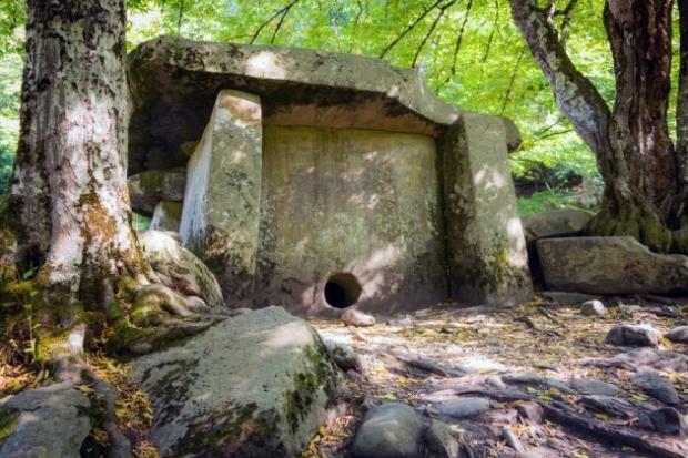 4. Kuzey Kafkasya Dolmenleri, Rusya - Bu taşlar tonlarca ağırlıkta ve bu yapılar neredeyse 5000 yıllık. Bazı dormenler iyileştirici güce sahip.