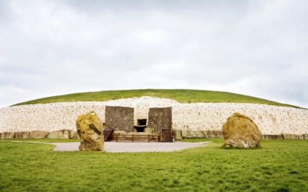 3. Newgrange, İrlanda - İrlandalıların batıl inancına göre bu yer elfler ve perilerin ülkesine açılan bir kapı.