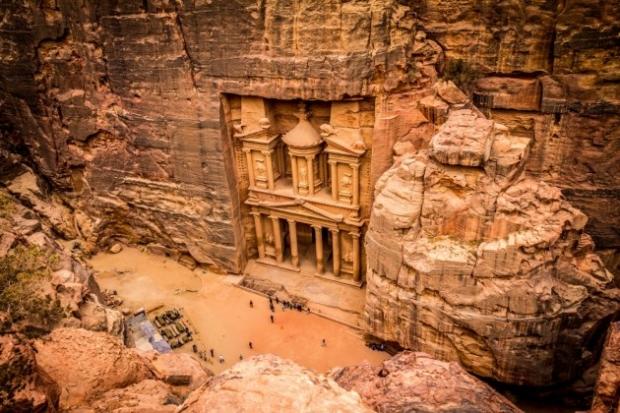 7. Petra, Ürdün - Deniz seviyesinden 900 metre yükseklikte kayaların arasında bir anıtsal 'yuva'.