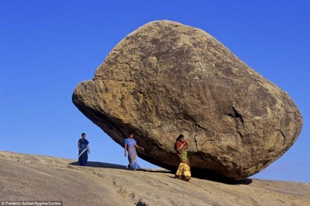 Jeologlar ise kayanın doğal yollarla çok uzun yıllar içinde bu forma geldiğini savunuyor.