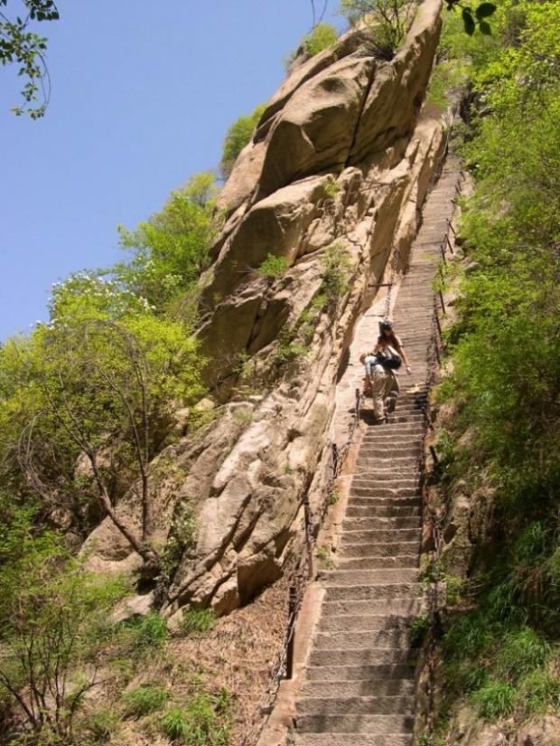 2. Yol, bir uçuruma oyulmuş dik bir merdiven ile başlıyor.