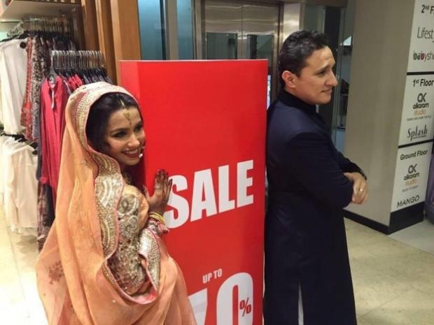 Aslında çiftimiz böyle tuhaf durumlara alışık sayılır. Bakınız, düğünden sonra Mango indirimi görüp dayanamayan Huma ve eşinin fotoğrafı: