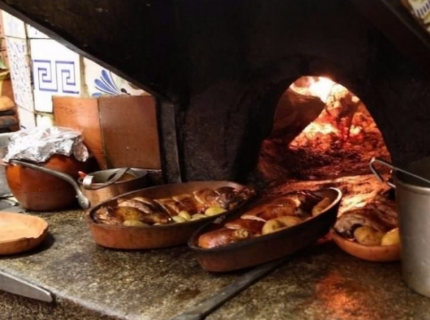 Restoranın en iddialı yemeği ise odun ateşindeki fırınlarda pişirilen Kastilya usulü süt kuzusu.