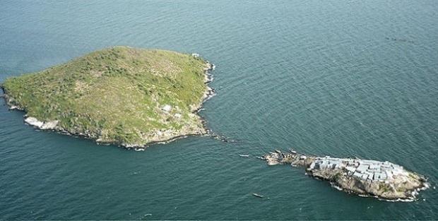 Bu ufacık ada, küçük yüzölçümüne rağmen 131 eve ve yaklaşık 1000 kişilik nüfusa sahip.