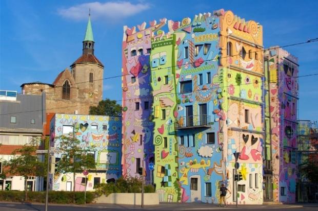 2. Eğlenceli mimari yapı Almanya'da Brunswick'de inşa edilmiş. James Rizzi tarafından boyanan binaya 'Happy Rizzi House' adı verilmiş. 1. Eve hangi aç