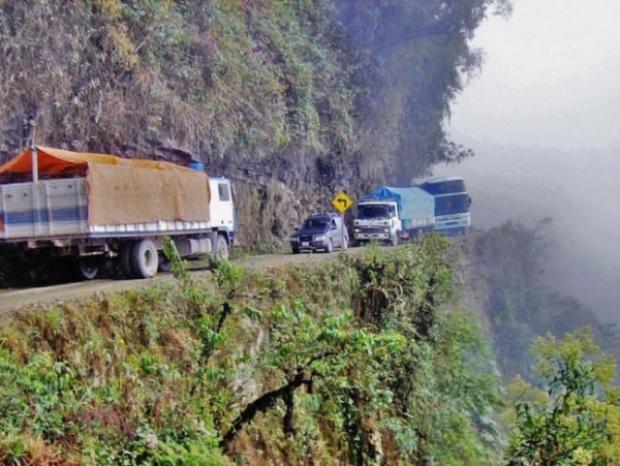 """Bolivya'nın kuzeyinde yer alan ve birkaç bin metre yükseklikteki derin uçurumlara komşuluk eden bu daracık yol, aynı zamanda """"Ölüm Yolu"""" olarak da anı"""