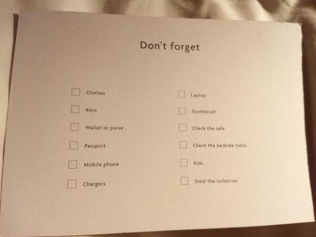 Oda sakinleri hem eşyalarını unutmasın diye yaptığı kontrol listesine