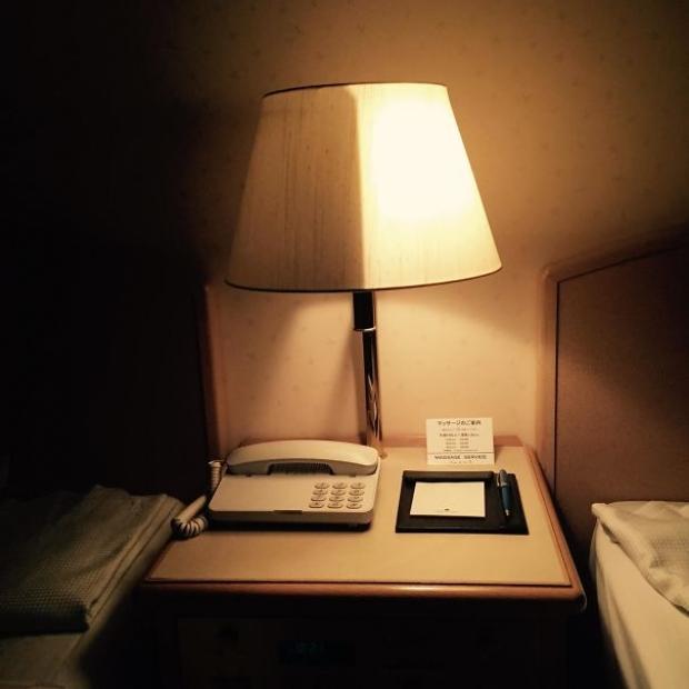 Japonya'da bir otelin yarım yanabilen abajuru