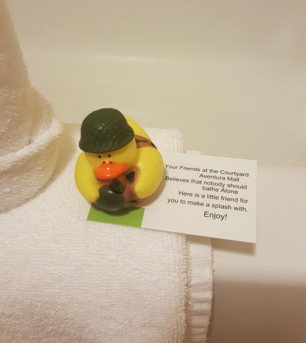 Hiç kimse yalnız başına banyo yapmamalı diyen otelden oda sakinlerine küvette eşlik edecek şişme ördek.