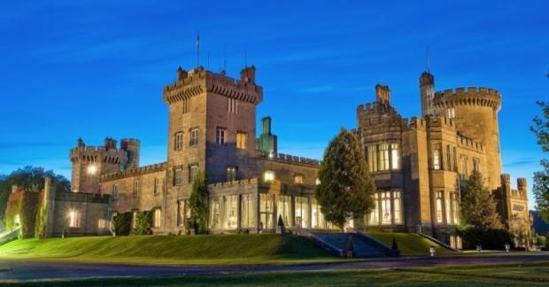 rlanda'nın County Clare bölgesinin kalbinde tüm ihtişamıyla ziyaretçilerini bekleyen Dromoland kalesine ilk görüşte vurulduk!