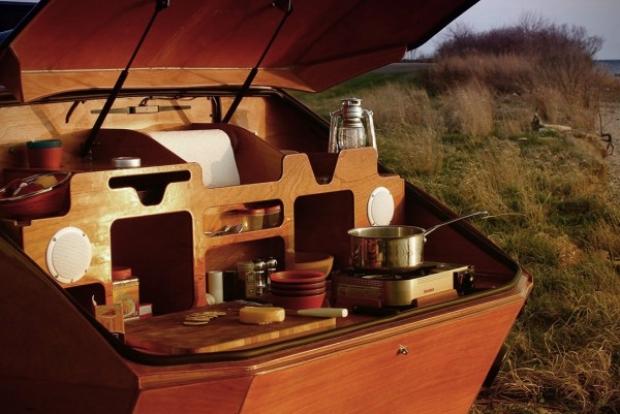 Bir şirketin tasarladığı bu şık romörk karavan sayesinde iki kişilik mütevazı bir tatil yapmak artık çok kolay.