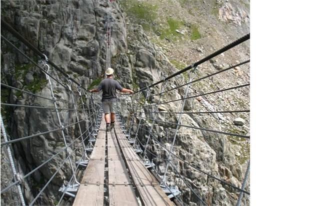 23. Alpler'de bulunan Trift Köprüsü'nden geçmek (İsviçre)