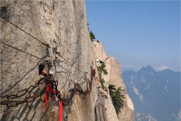 25. Hua Shan Dağı'ndaki tahta patikada yürümek (Çin)