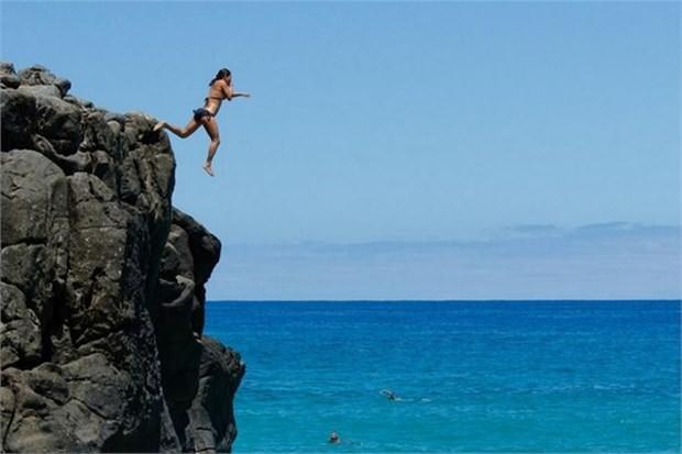 39. Hawaii'nin güney sahillerindeki kayalardan denize atlayın (ABD)