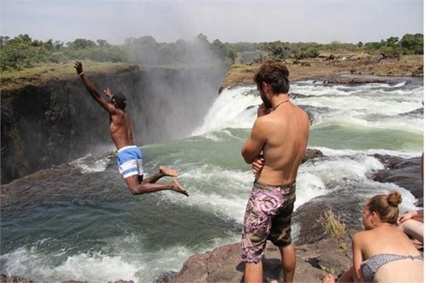 41. Victoria Şelaleleri'ndeki Şeytan Havuzu'nda yüzün (Zambia ve Zimbabwe)