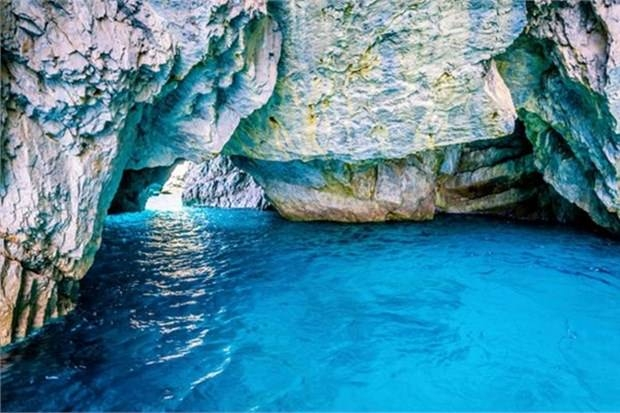 8. Capri Adası'ndaki mavi mağarada yüzmek (İtalya)