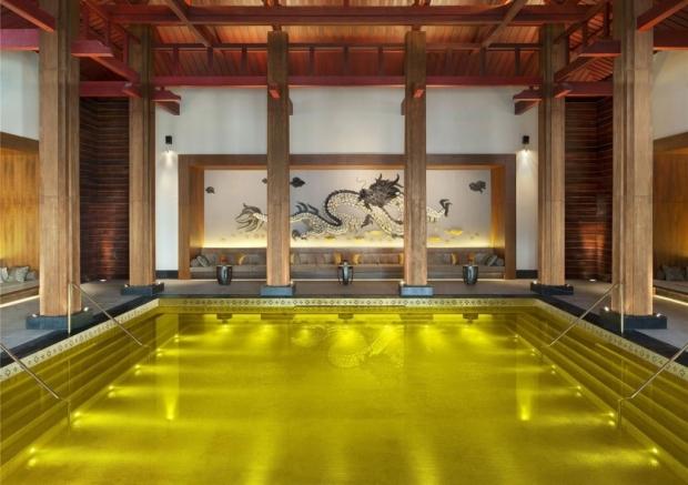 7. Altın Havuz ile gösterişe hazır mısınız? Tibet'te bulunan beş yıldızlı bir otelde, altın kaplanmış bir havuzda yüzme keyfine varabilirsiniz!