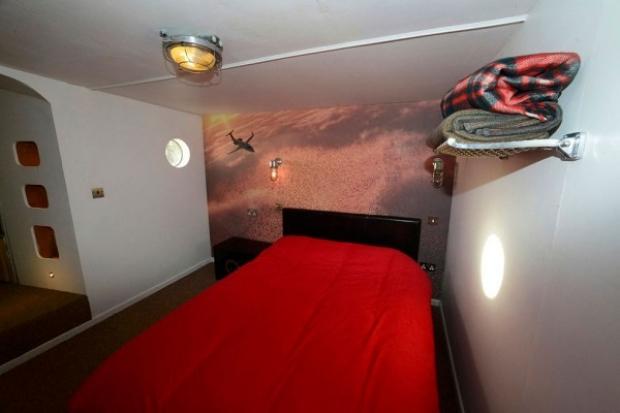 Uçağın kuyruk kısmında çift kişilik bir yatak odası, kokpitin hemen arkasındaysa konforlu bir kanepe yer almakta.