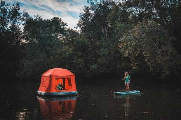 Bu yüzen çadır sayesinde su üzerinde kamp yapmak artık hayal değil.