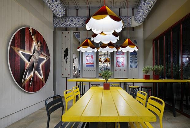 Madis Kosmidis tarafından tasarlanan ve 80 m² olan mekandaki atlı karınca figürlerine biz bayıldık!