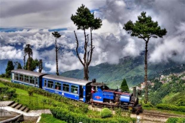 1. Himalayalara tırmanan tren.