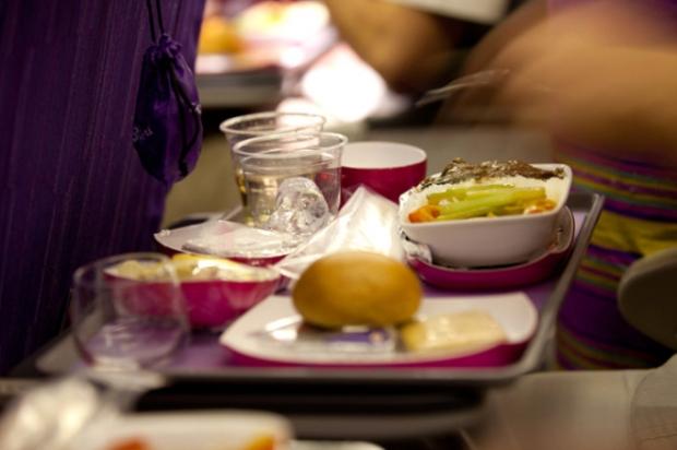 7. Sadece sıkıldığınız için uçak yemeği yemeyin.