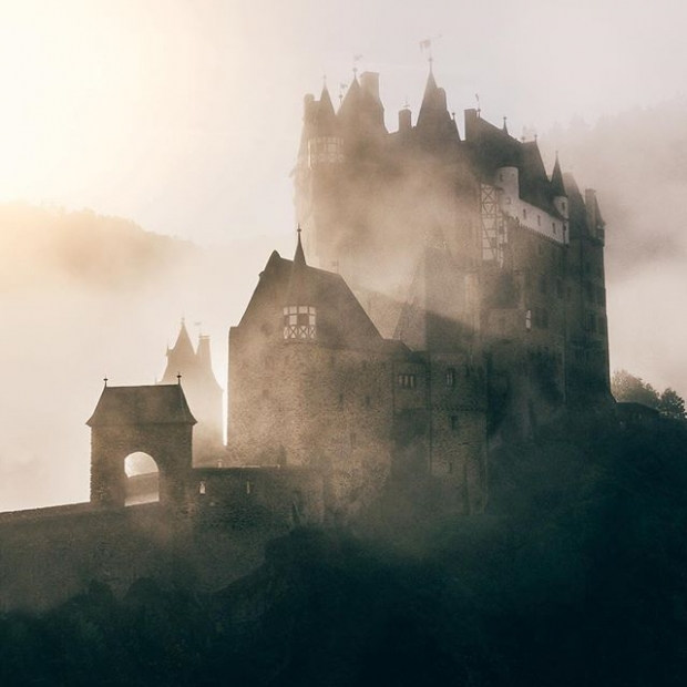 2. Sislerin içinde biraz kasvetli görünse de Eltz Kalesi çok enteresan bir yer